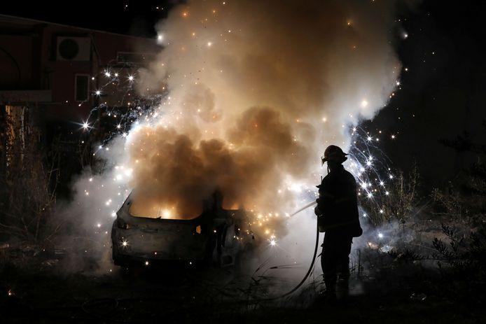 Een brandweerman blust een uitgebrande wagen die eigendom is van joodse kolonisten. In Oost-Jeruzalem lopen de spanningen op over de mogelijke onteigening van verscheidene Palestijnse families in woningen op land dat wordt opgeëist door Joodse kolonisten.