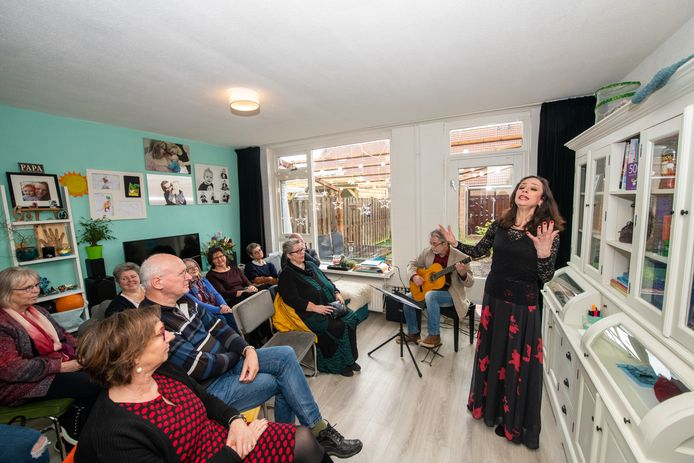 Gluren bij de Buren: Maria Fernandes brengt de fado ten gehore in een volle huiskamer aan de Klepperman in Alphen.