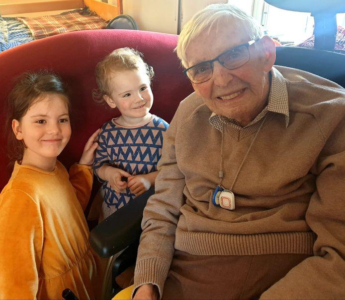 Daan van Amerongen op 100-jarige leeftijd met twee achternichtjes.