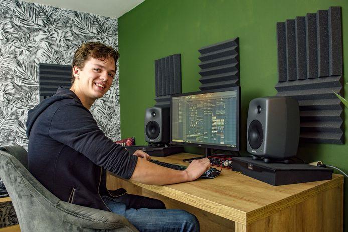 Nuno Neijenhuis - alias DJ Nunow - in de tot studio omgebouwde schuur bij het ouderlijk huis. ,,Mijn nieuwe materiaal is behoorlijk experimenteel. Gewaagd, met ambient-achtige invloeden erin. Hopelijk slaan die songs aan bij een groot label.''