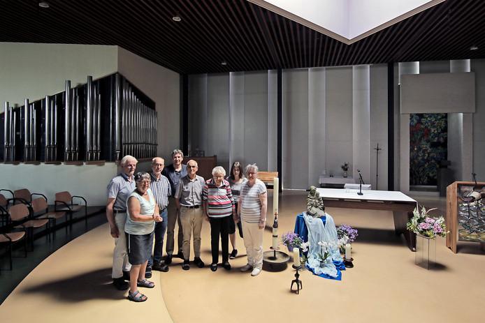 Pastor Tom Buitendijk (derde van links) te midden van parochianen in de Jozefkerk.