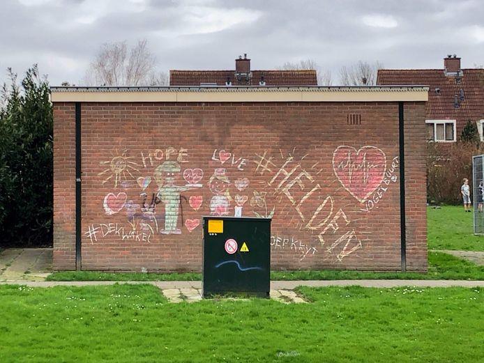 Noelle de Vogel vrolijkte samen met haar moeder een elektriciteitshuisje in Berkel en Rodenrijs op met mooie teksten en tekeningen.