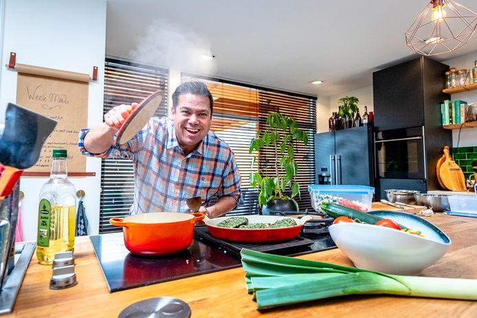 Kok Danny Jansen in de keuken.
