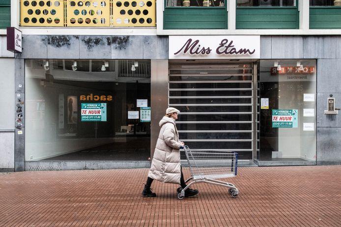Het voormalige pand van Miss Etam in de Broerstraat in Nijmegen staat leeg.