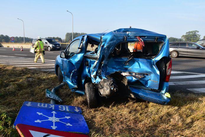 Van de aangereden Citroën Berlingo bleef niet veel meer over, bij de botsing op de E403 in Lichtervelde