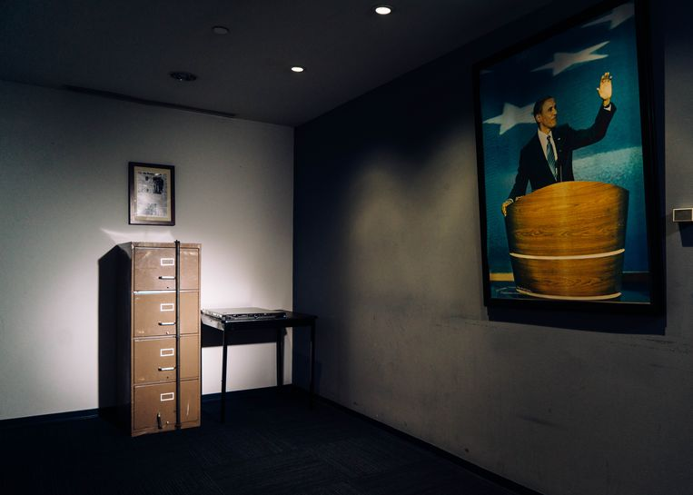 A filing cabinet broken into in 1972 as part of the Watergate burglary, beside a computer server that Russian hackers breached during the 2016 presidential campaign, both now in the basement of the Democratic National Committee's headquarters in Washington, Dec. 12, 2016. An investigation into the Russian operation reveals a series of missed signals, slow responses and a continuing underestimation of its seriousness.  Beeld Justin T. Gellerson/The New York Times