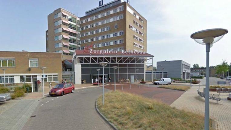 Chirurg Robert Muller voerde in het Bethesdaziekenhuis in Hoogeveen (foto) vaatoperaties uit zonder de juiste papieren. Beeld Google streetview