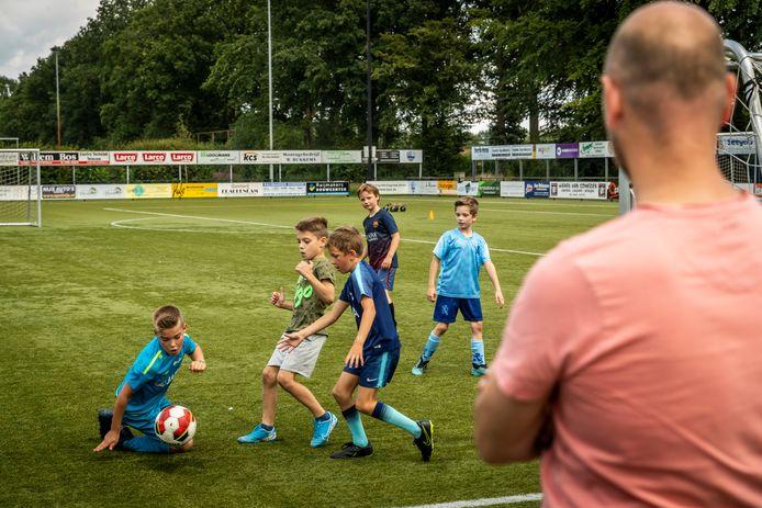 Ook in de zomervakantie kan de jeugd bij SV Someren op maandag, woensdag en vrijdagmiddag lekker voetballen onder toezicht.