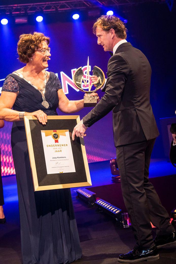 Business Gala 2019: Ondernemer van het jaar Joep Kemkens krijgt de prijs uit handen van bergemeester Wobine Buijs