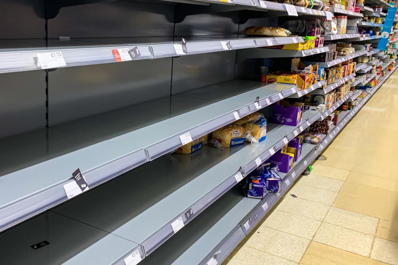 Een Tesco-supermarkt met lege rekken Beeld NurPhoto via Getty Images