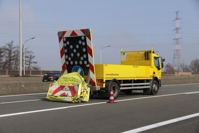 Deze signalisatiewagen werd aangereden door een vrachtwagen op de E17.