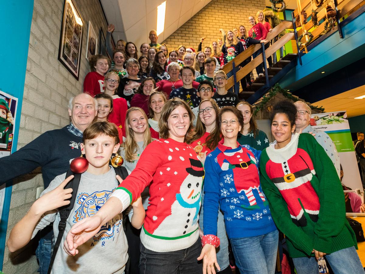 Kersttrui Utrecht.Wellant College Trekt Kersttrui Aan Voor Goede Doel Alphen Ad Nl