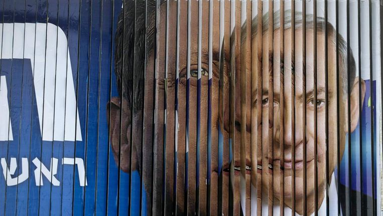 Een roterend reclamebord toont zowel Netanyahu als Herzog. Dinsdag zal blijken of de tweede ook effectief de plaats van de eerste inneemt als Israëlisch premier. Beeld REUTERS