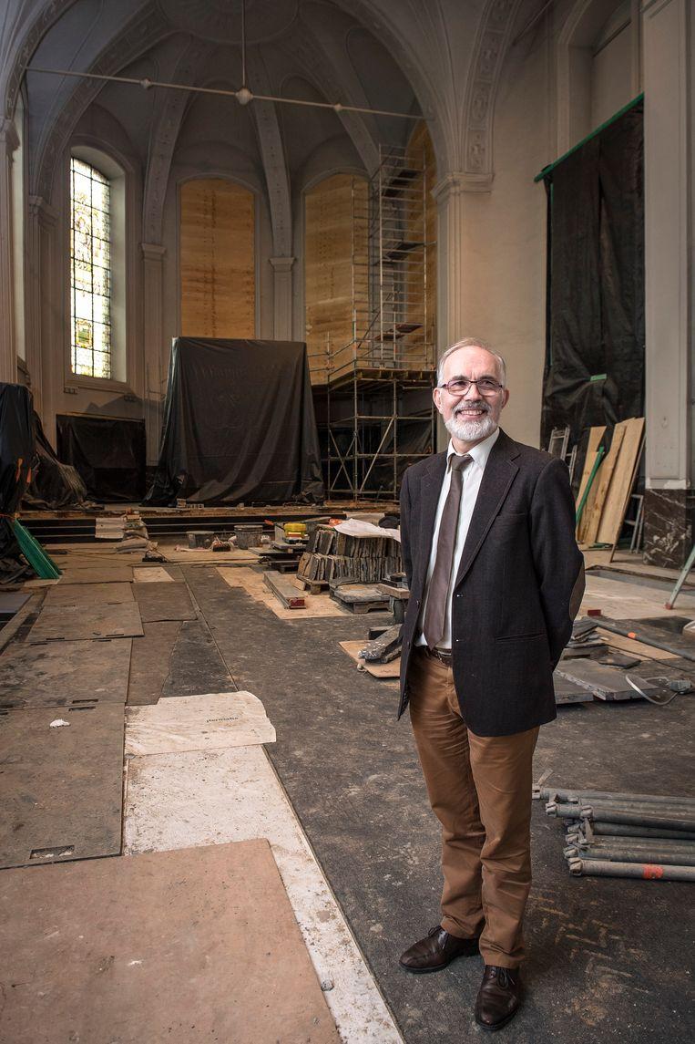 Directeur Kris Pouseele in de Augustijnenkerk terwijl de restauratie nog volop bezig was.
