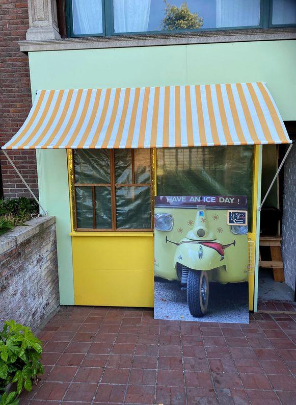 Vanuit deze garage worden de takeaway ijsjes geserveerd.