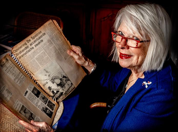 Elsje Scherjon, de stem van mevrouw Ooievaar uit de Fabeltjeskrant, met oude plakboeken.