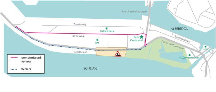 De blauwe stippellijn is de werfzone langs de Scheldelaan. De rode lijn is de omleiding die alle gemotoriseerd verkeer vanaf april moet volgen, via Oosterweelsteenweg en Kastelweg. Vanaf juni is dat ook het traject voor fietsers. Rechtsonder ligt het Noordkasteel.