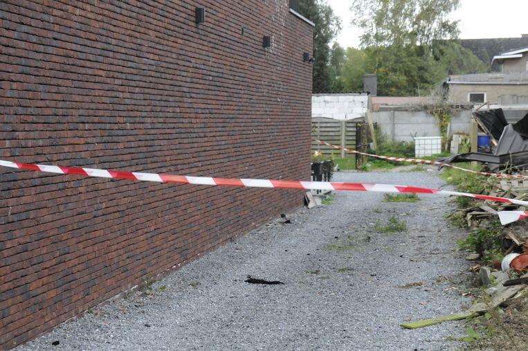 De tuin en de inrit blijven voorlopig wel afgesloten omdat er stukken asbest op beland zijn