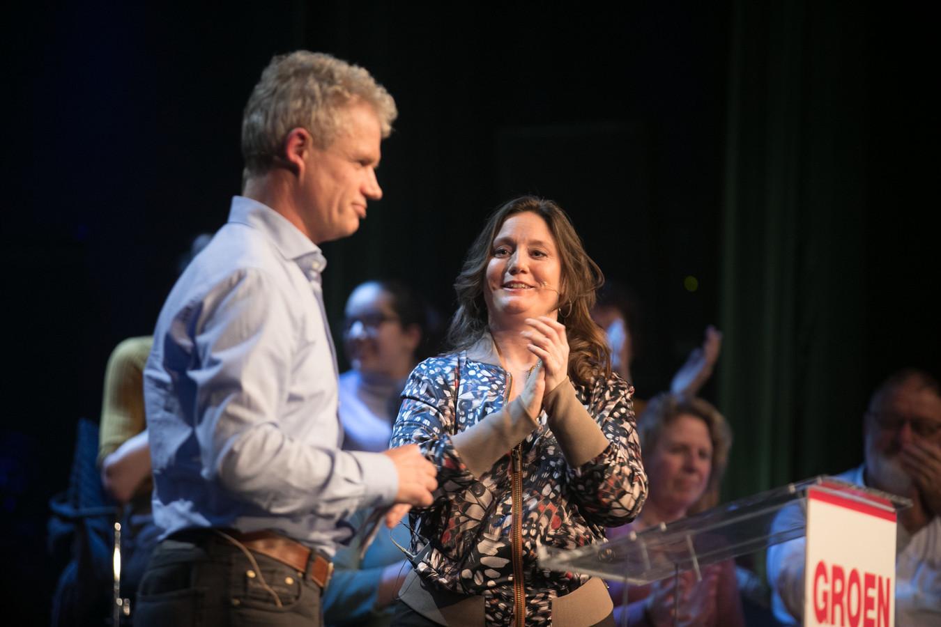 Leon Adegeest wordt tijdens de 'meetup' van GroenLinks in poptempel Hedon in Zwolle met applaus onthaald. Naast hem GroenLinks-Kamerlid Suzanne Kröger.