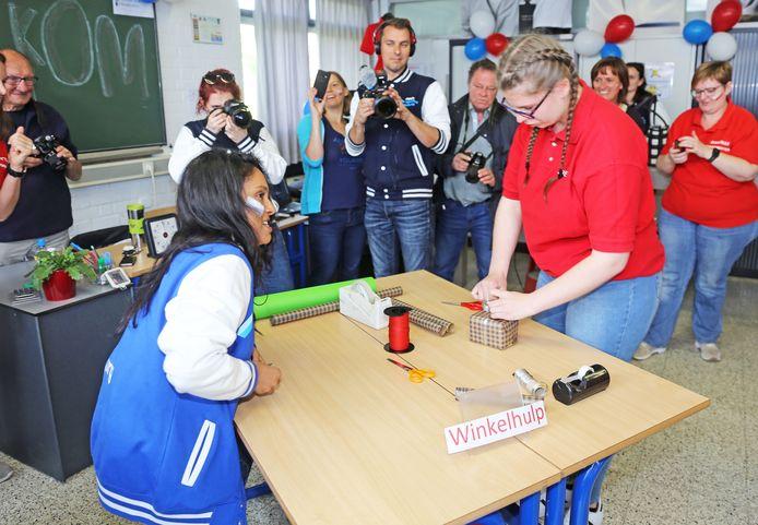 Het MAI wil Strafste School van Vlaanderen worden. Hier moeten de leerlingen zo snel mogelijk een geschenkje inpakken.