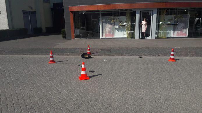 Een vuurwapen, een moker en een tas liggen op straat voor de opticien in Kesteren.