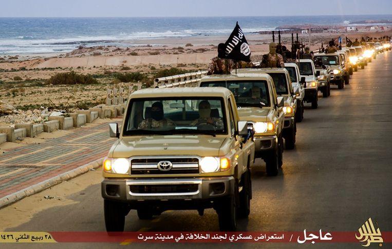 IS-rebellen paraderend door de straten van Sirte (Archiefbeeld). Beeld afp