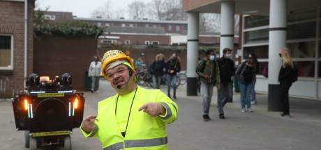 Clown Milko Steijvers houdt leerlingen Jan van Brabant College scherp bij heropening school: 'Denk aan de 1,5 meter'