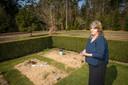 Ria Borgman bij het graf van haar dochter Dwoëny in Epe