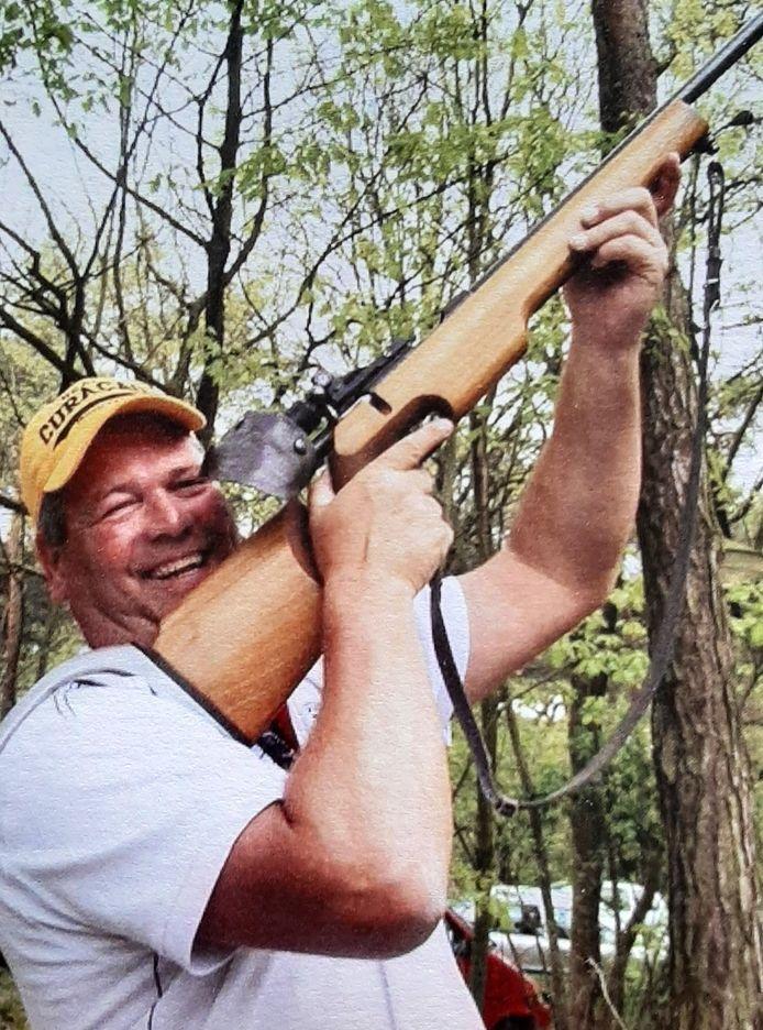 Robbert van den Broek oefent het schieten bij het gilde