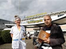 Coronapatiënt Zahed brengt zuster Hanny bijzonder cadeau: 'Zonder jou had ik het niet gered'
