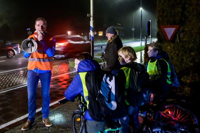 Onder leiding van Wethouder, van Raak, fietsen schoolgaande kinderen van Chaam naar Breda. Na de herinrichting van de N639, is de verlichting van het fietspad weggehaald, maar nu komt er een nieuwe variant voor terug.