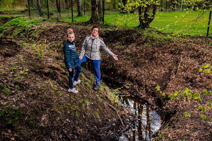 Ria Walhof, met kleindochter Yelka, is laaiend op de gemeente Apeldoorn. Die heeft een belangrijke broedplek voor padden en kikkers gebaggerd, terwijl dat momenteel helemaal niet mag.
