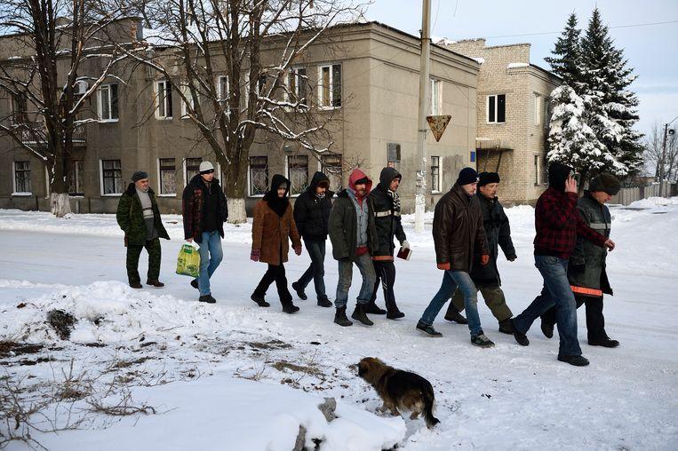 Oekraïense gevangenen van het Donbas-bataljon in de straten van Iloviask, tewerkgesteld door pro-Russische separatisten, december 2014. Beeld Hollandse Hoogte / AFP