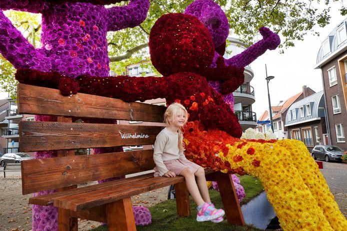 'Omarm me' van buurtschap Wilhelmina was dit weekend een van de objecten tijdens het bloemencorso in Valkenswaard.