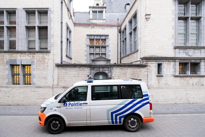 Een politiecombi voor het gerechtsgebouw van Mechelen.