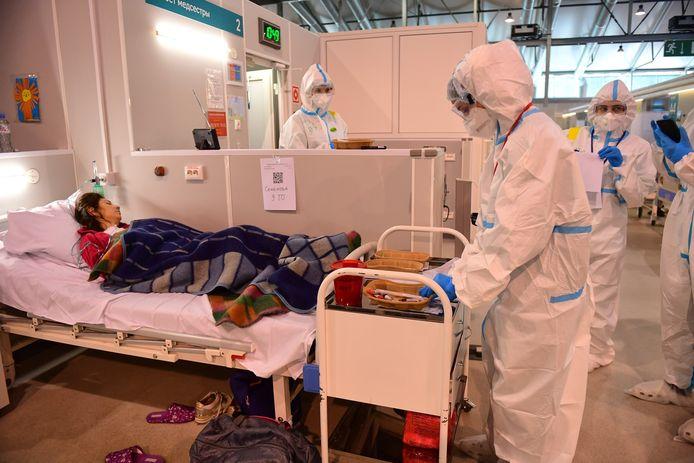 Covid-patiënten worden verzorgd in een hospitaal nabij Moskou.