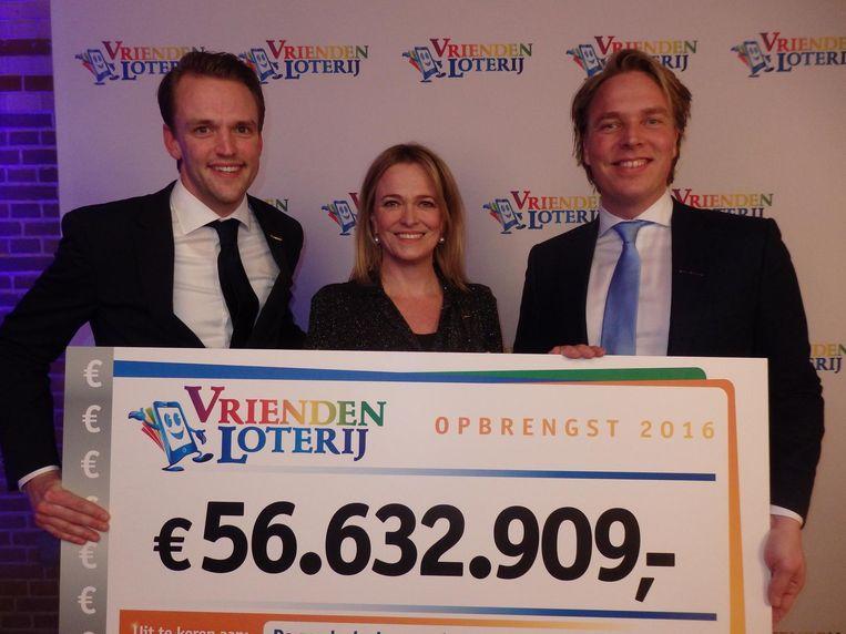 Ruben Pierik, Imme Rog en Pieter Jan Burgers (vlnr) van de VriendenLoterij. 'Elke dag Nederland een stukje mooier, gezonder, leuker maken' Beeld Schuim