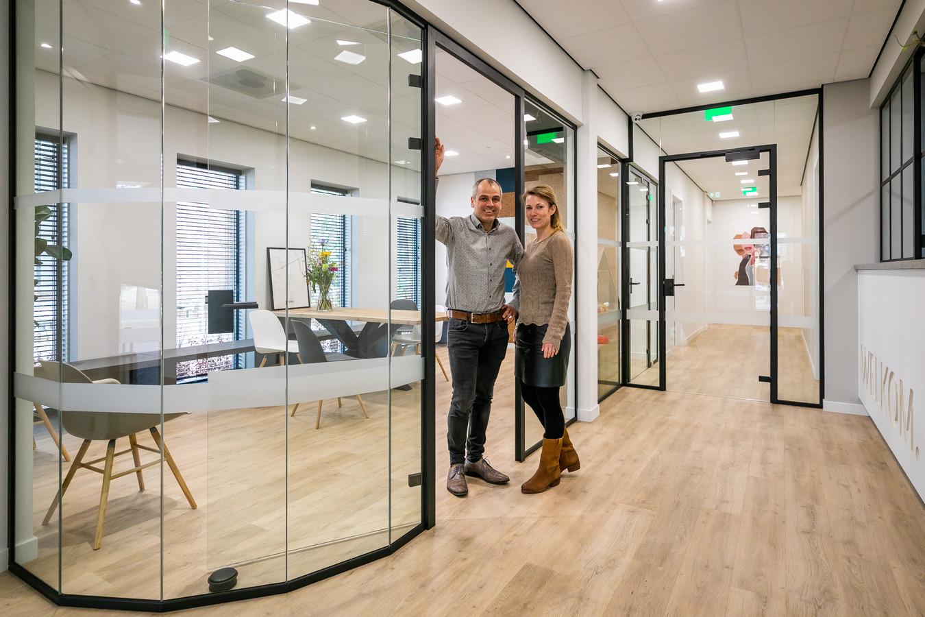 Huisartsenechtpaar Jos en Janneke voor hun nieuwe huisartsenpraktijk in Vinkel.