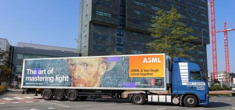 Truck van ASML rijdt met zelfportret van Vincent van Gogh door de regio