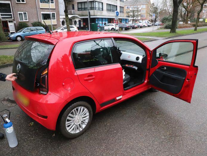 De achtervolging kwam tot een einde op de Burgemeester Elsenlaan. In de auto werden lachgasflessen gevonden.