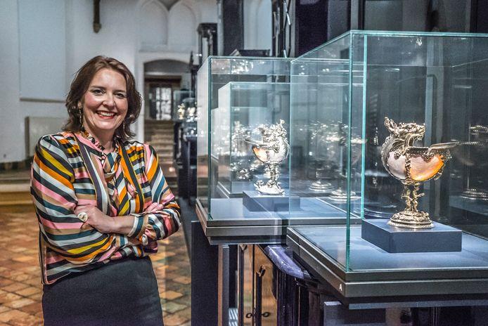 Janelle Moerman, directeur Prinsenhof, bij de nieuwe, maar nooit bezochte tentoonstelling over oude zilveren objecten.