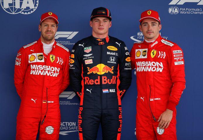 Max Verstappen met Ferrari-coureurs Sebastian Vettel en Charles Leclerc na de Grand Prix van Mexico.