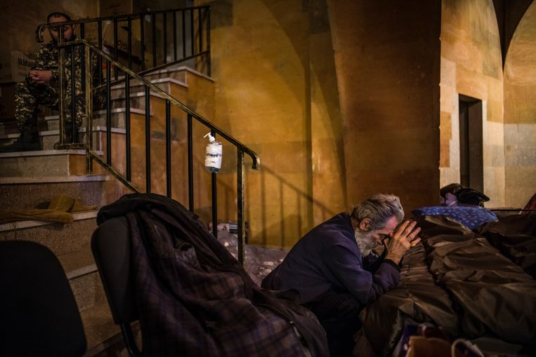 Aartsbisschop Barkev Martirosian bidt in de crypte van de kathedraal. Beeld OLIVIER PAPEGNIES