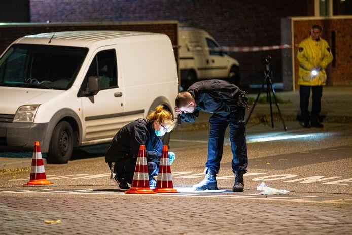 Onderzoek na de schietpartij op 26 oktober 2019. Emin Y. zat in het witte busje aan de Bachlaan en werd onder vuur genomen. Toen hij zag dat de auto van de schutters terug kwam rijden, schoot hij zelf terug.