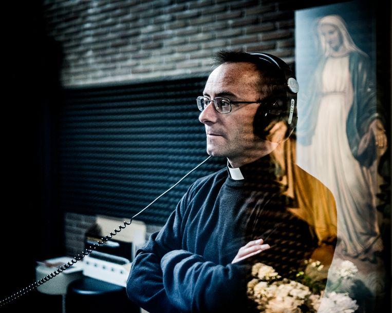 Achter de schermen bij Radio Maria. Beeld Diego Franssens