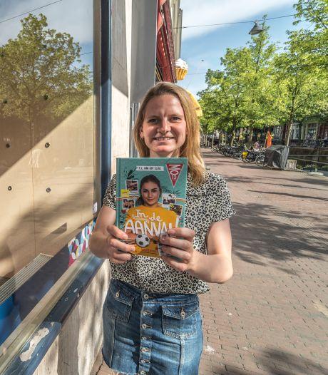 Fleur (25) kijkt altijd even naar haar eigen boek in de etalage van Paagman