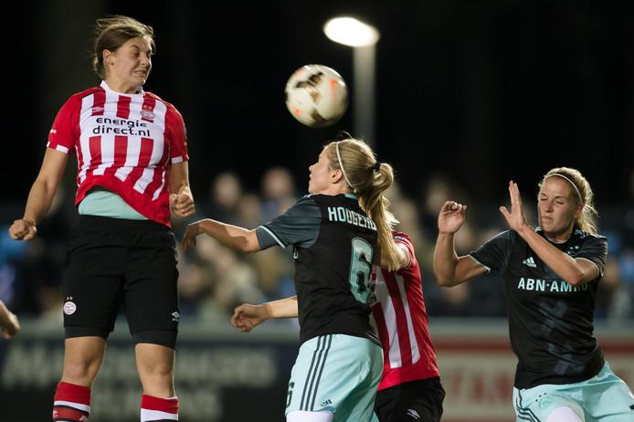 PSV speelster Aniek Nouwen (L) kopt richting doel waar Anouk Hoogendijk van Ajax Vrouwen niets kan verrichten (R) .