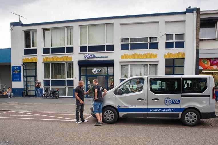 De werkdag zit erop voor deze Poolse werknemers van uitzendbureau Cova in Venlo-Blerick.  Beeld R Pierson