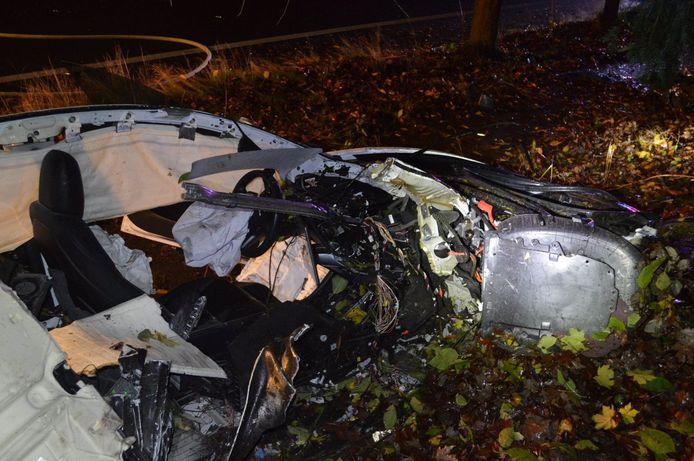 De bestuurder raakte slechts lichtgewond bij de zware klap.