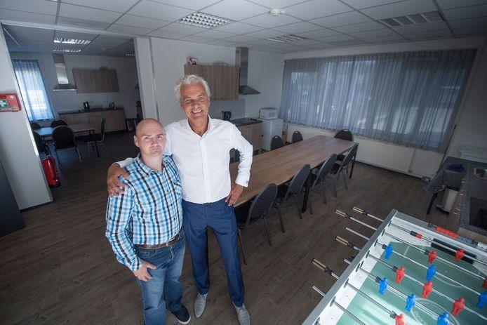 Hans Evers op de foto met Janos Moharos in het nieuwe pand.